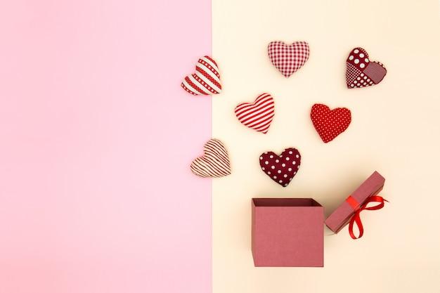 Cœurs de ballon oreiller flottant hors de la boîte-cadeau. la pensée créative.