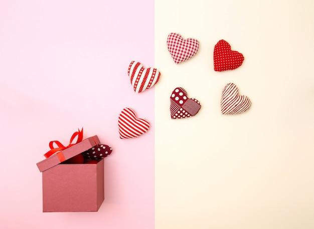 Cœurs de ballon oreiller flottant hors de la boîte-cadeau.