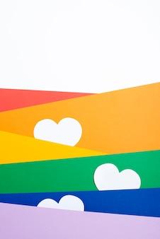 Coeurs blancs entre du papier coloré