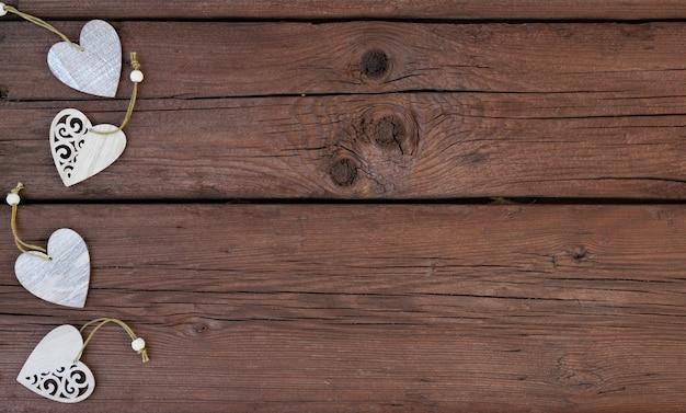 Coeurs en bois sur un fond en bois. la saint-valentin.