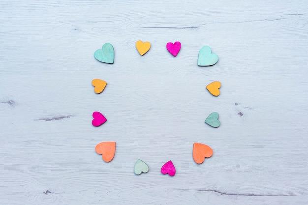 Coeurs en bois sur la table, copiez l'espace