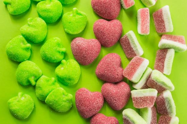 Coeurs de bonbons près de gummies