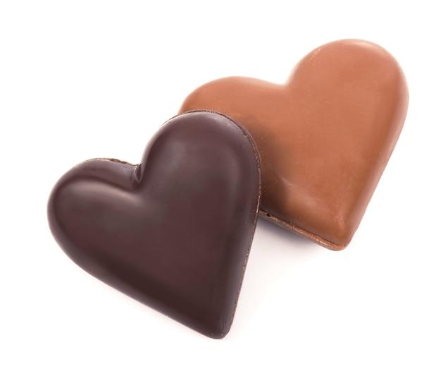 Coeurs en chocolat sur surface blanche