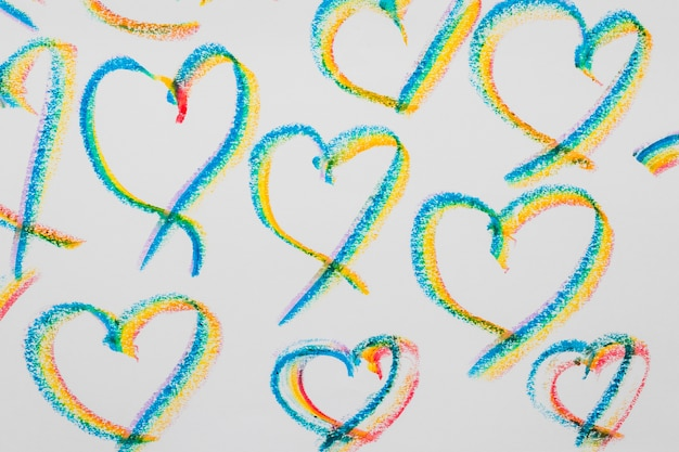 Coeurs dessinés aux couleurs lgbt