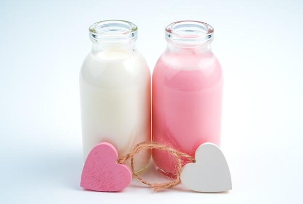 Coeurs et deux bouteilles de boisson lactée. concept de boissons