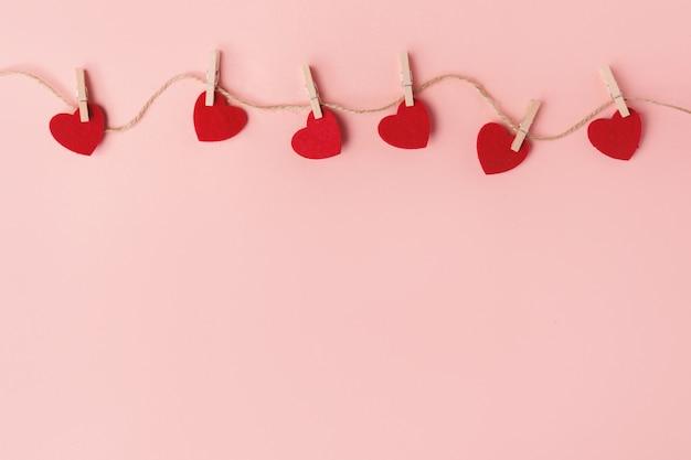 Coeurs doux saint valentin sur rose