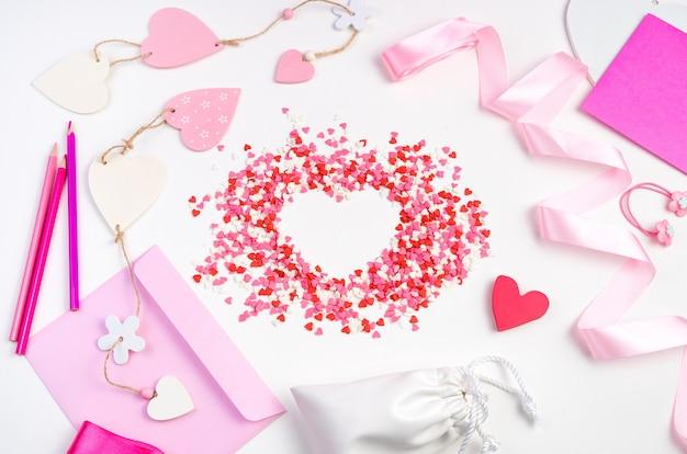 Coeurs, enveloppes et rubans sur fond clair. fond romantique, vue de dessus.