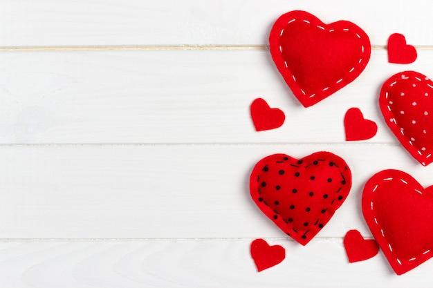 Coeurs sur fond de bois blanc. fond de saint valentin