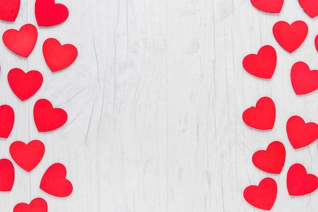 Coeurs sur fond en bois