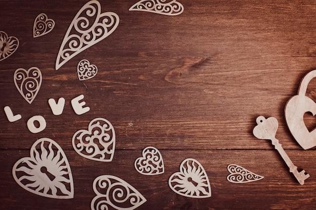 Coeurs sur un fond en bois