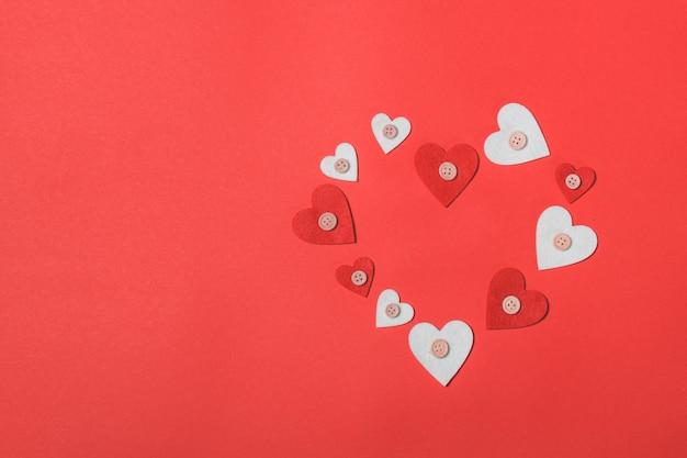 Coeurs sur fond rouge