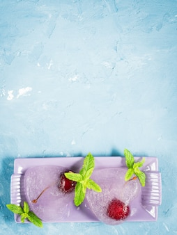 Coeurs de glace texturés bleu d'été cerises congelées
