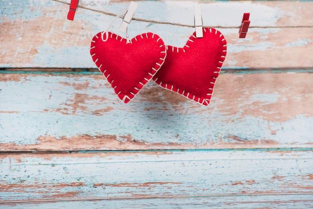 Coeurs de jouets en peluche épinglés à la corde