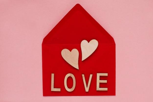 Coeurs et mot amour sur fond rouge