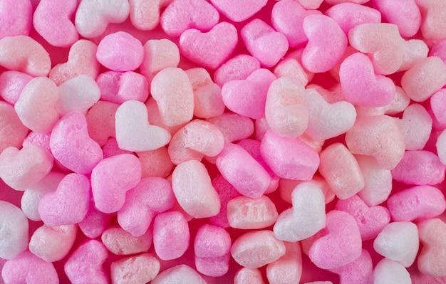 Coeurs en mousse rose fond de papier rose