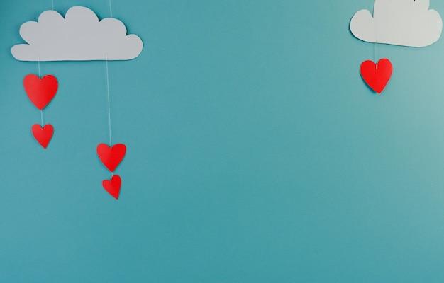 Coeurs et nuages en papier blanc sur fond tuquiose. abstrait avec des formes découpées en papier. sainte valentin, fête des mères, cartes de voeux d'anniversaire, invitation, concept de célébration