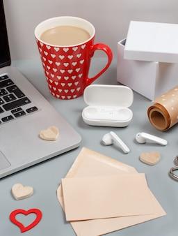Coeurs, ordinateur portable, écouteurs, tasse de café, coffrets cadeaux et papier cadeau