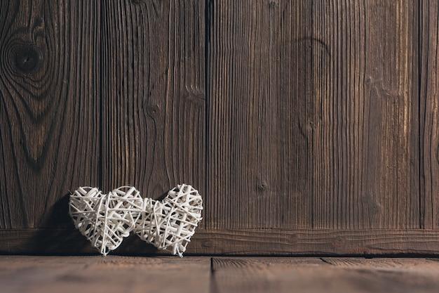 Cœurs en osier sur bois