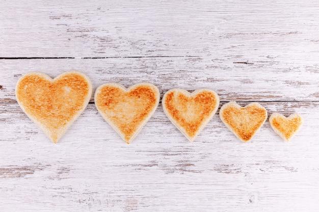Coeurs de pain grillé ensemble dans une rangée, soutien dans une grande famille