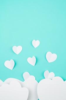 Coeurs de papier blanc et nuages. sainte valentin, fête des mères, cartes de voeux d'anniversaire, invitation, concept de célébration