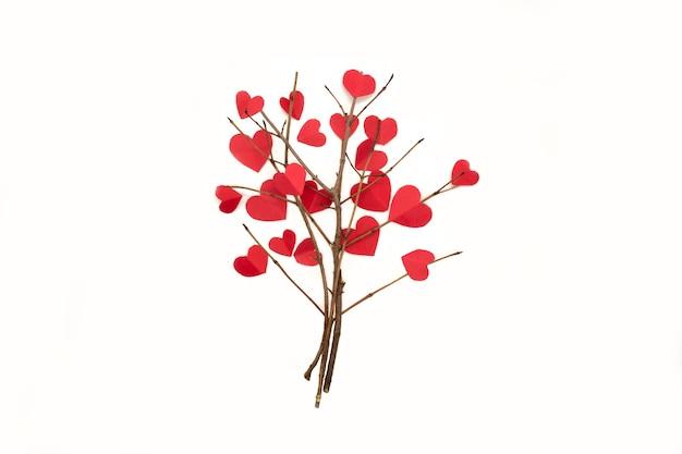 Coeurs de papier sur les branches d'arbres isolés sur fond blanc pour la saint-valentin