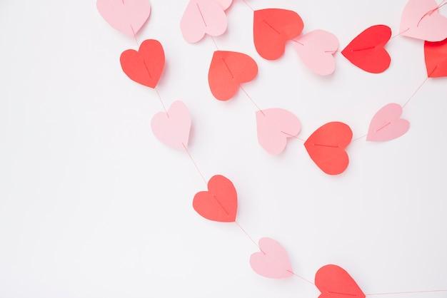 Coeurs de papier décoratifs sur les fils