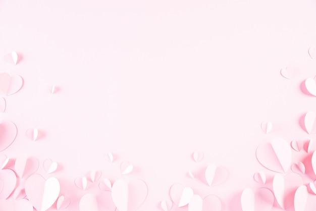 Coeurs en papier rose sur papier rose