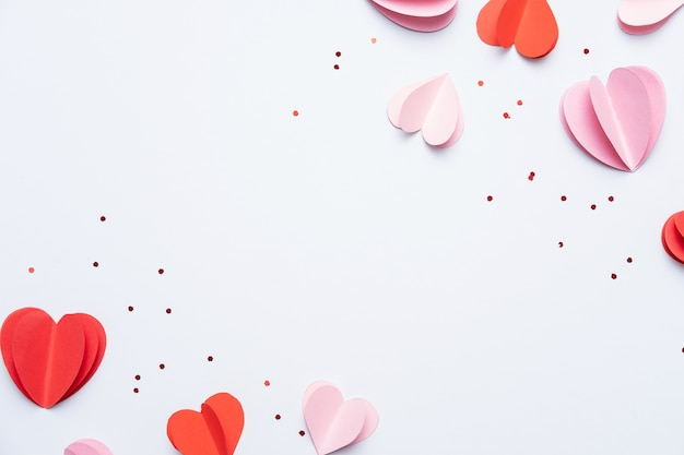 Coeurs en papier rouge et rose