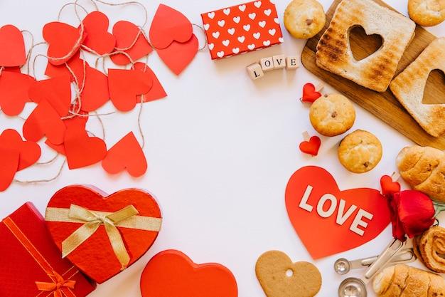 Coeurs et pâtisserie sur blanc