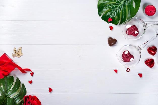 Coeurs et plantes avec verre