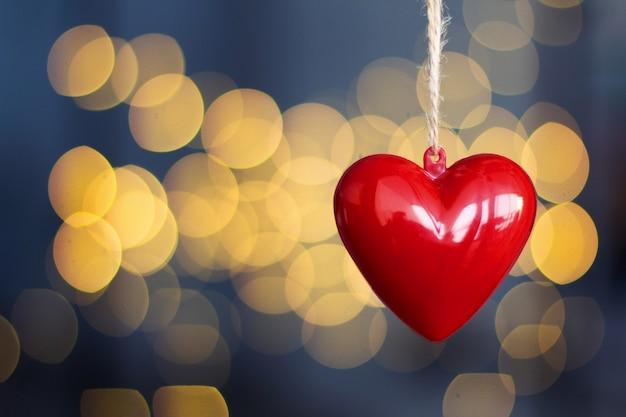 Coeurs en plastique rouge accroché avec un arrière-plan flou