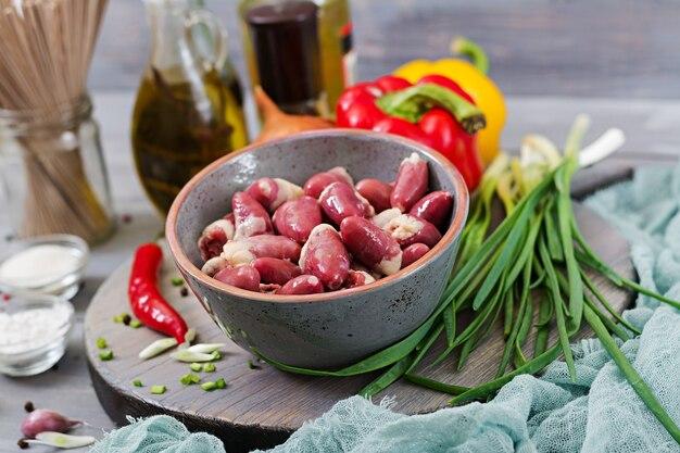 Cœurs de poulet crus. ingrédients pour la cuisson des sautés et des nouilles au sarrasin.