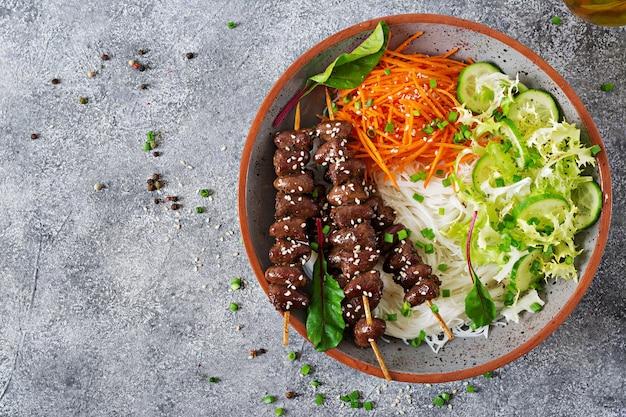 Coeurs de poulet en sauce épicée, nouilles et salade de légumes. nourriture saine. vue de dessus