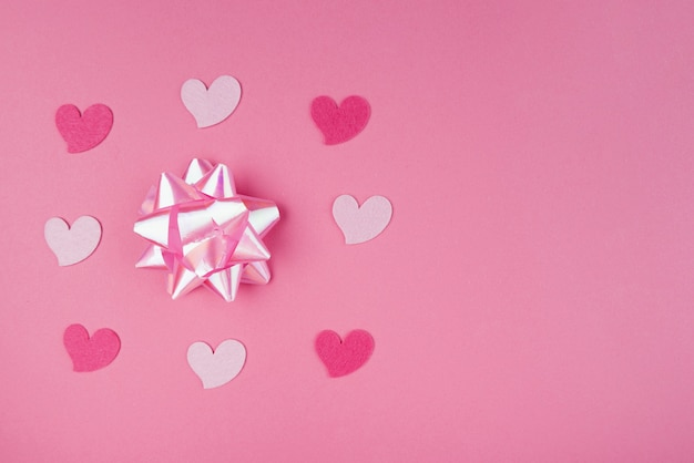 Coeurs roses avec un arc rose et un espace de copie