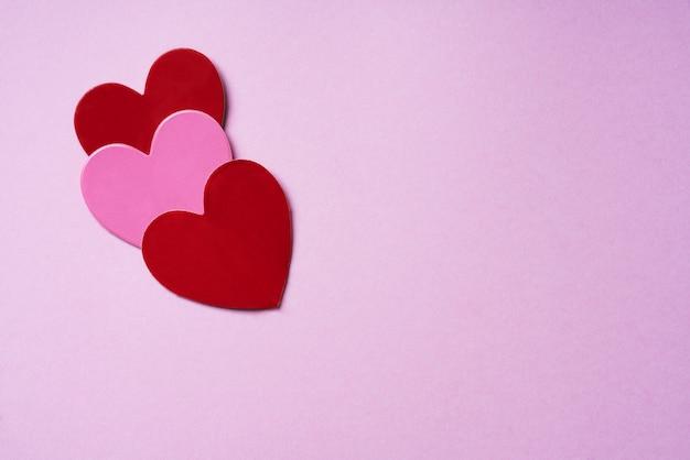 Coeurs roses et rouges. concept de décoration minimaliste. mise à plat. vue de dessus