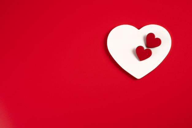 Coeurs sur un rouge