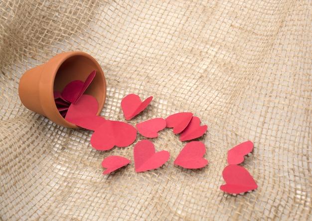 Coeurs rouges autour du pot pour la mise au point sélective de la saint valentin