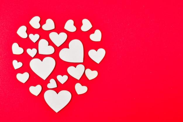 Coeurs rouges et blancs sur fond rouge.