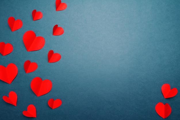 Coeurs rouges sur bleu