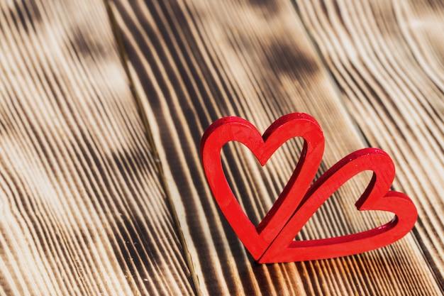 Coeurs rouges sur bois
