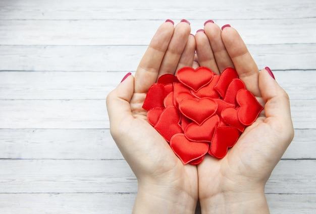 Coeurs rouges dans la paume de la fille