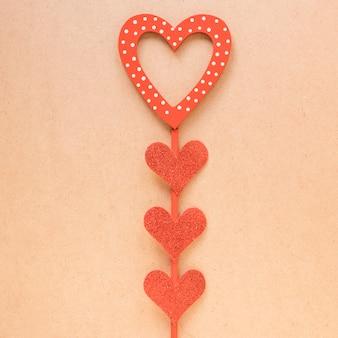 Coeurs rouges décoratifs sur bâton