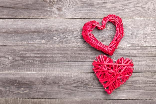 Coeurs rouges décoratifs sur table en bois gris. carte de voeux saint valentin. vue de dessus. copier l'espace - image