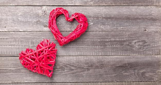 Coeurs rouges décoratifs sur table en bois gris. carte de voeux saint valentin. vue de dessus. espace copie