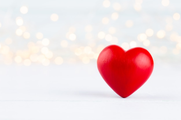 Coeurs rouges sur fond gris