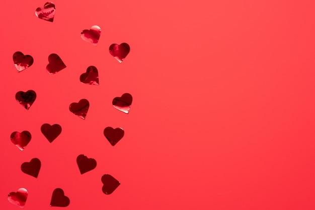 Coeurs rouges sur fond de papier rouge, concept de la saint-valentin
