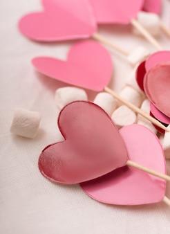 Coeurs rouges et roses en guimauve. concept de la saint-valentin. fermer