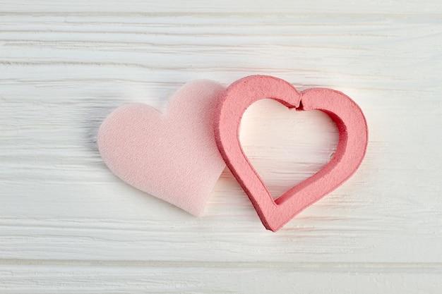Coeurs de saint valentin sur bois clair. coeurs décoratifs pour les vacances de la saint-valentin. joyeuse saint valentin.