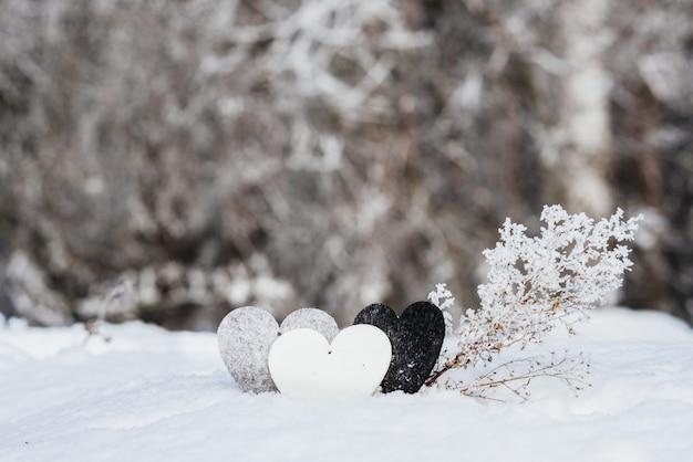 Coeurs de la saint-valentin sur fond de neige de l'hiver. concept de saint valentin.