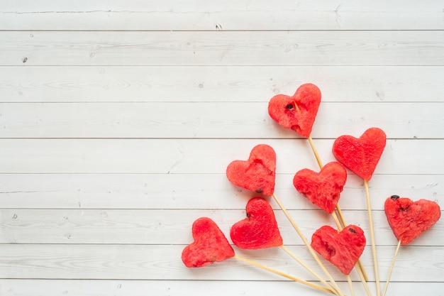Coeurs sculptés de la pastèque sur un bâton. concept de la saint-valentin